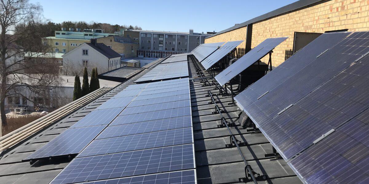 Enköping Hus B Upplutade BiFacialsolceller samt standard solceller mot tak